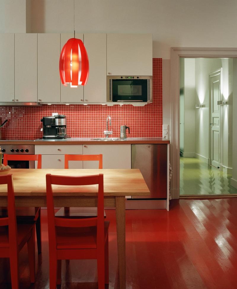 Kuchnia z czerwoną lampą