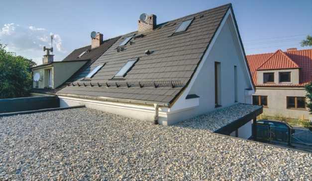 Płaski dach kryty żwirem