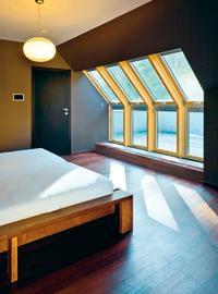 Naturalne światło w pokoju na poddaszu