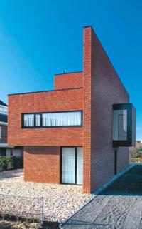 Nowoczesny dom z elewacją z czerwonej cegły