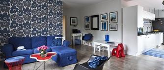 Tapeta na ścianie w salonie. 10 pomysłów na modne wykończenie ścian [GALERIA]