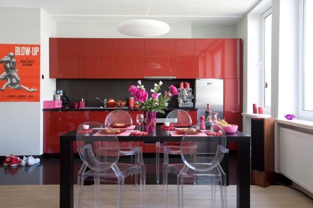 Czerwona kuchnia aran acja kuchni w gor cej czerwieni for Polaczenie kuchni z salonem